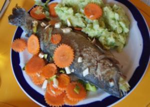 Regenbogen-Forelle mit Gemüse und Erbsen-Kartoffelstampf - Rezept