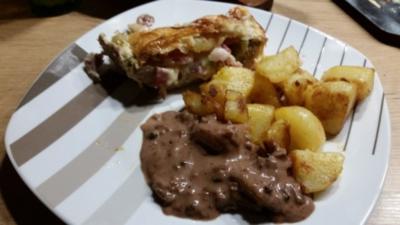 Gefülltes Schweinefilet im Blätterteig mit Bratkartoffeln - Rezept
