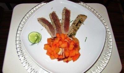 Lauwarmer Thunfisch mit Sesam-Koriander-Lack und scharfem Papaya-Salat - Rezept