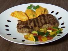 Filet Steak mit Süßkartoffel-Karotten-Püree, Gemüse & Sour Cream (Christian Polanc) - Rezept