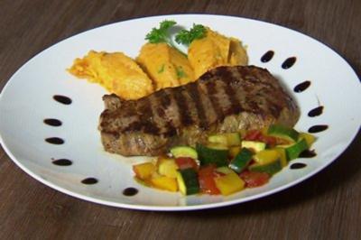 Rezept: Filet Steak mit Süßkartoffel-Karotten-Püree, Gemüse & Sour Cream (Christian Polanc)