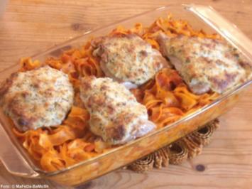 Überbackene Schnitzel auf Tomaten-Nudeln - Rezept