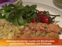 Selbst geräucherter Lachs mit geschmorten Tomaten, Bandnudeln und Feldsalat - Rezept
