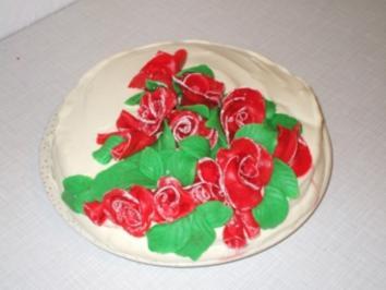 Käse-Sahne Torte festlich garniert - Rezept