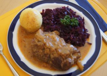 Rouladen mit Rotkohl, Sauce und Kartoffelklößen - Rezept