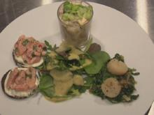Jakobsmuschel auf frischem Spinat, Lachs auf Pumpernickel mit Salat und Krabbencocktail - Rezept