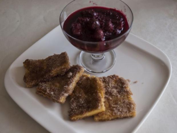 Polentaschnitten mit Zucker und Zimt und Kompott - Rezept