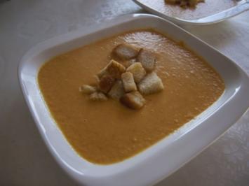 Suppen: Karottensuppe mit Orangen, Ingwer und Knoblauchcroutons - Rezept