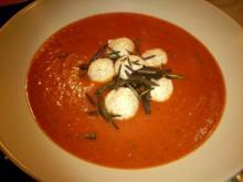 Schnelle Tomatensuppe mit Käseklösschen und Knusperkräuter - Rezept