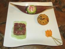 Straußentatar ohne Federn, Garnele Peri Peri, Bread roll und Avocado Salad - Rezept