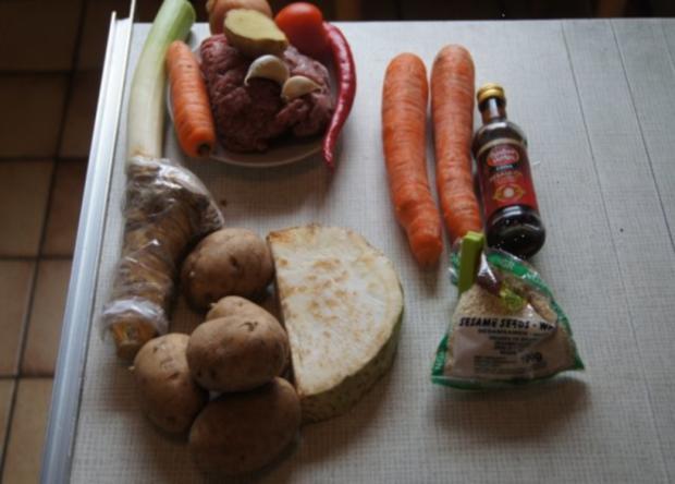Bolognese à la Papa mit Sellerie-Kartoffelstampf und asiatischen Möhrenblüten - Rezept - Bild Nr. 2