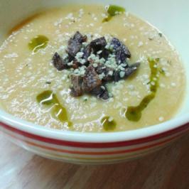 Topinambur-Suppe mit lila Kartoffelcroutons, Hanföl und Hanfsamen - Rezept