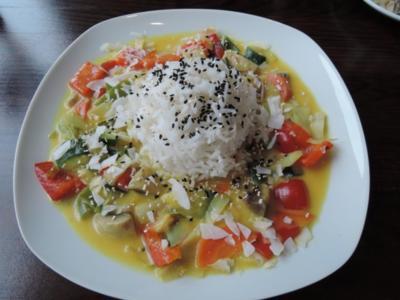 Kokos - Gemüse - Curry - Wok an Reis mit schwarzem Sesam und Kokosflocken - Rezept