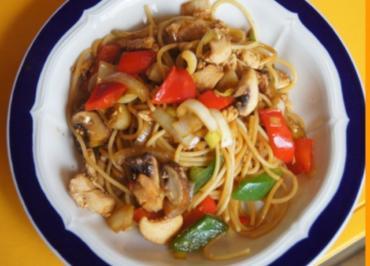 Spaghettini-Wok mit Ei, Hähnchenbrustfilet und Gemüse - Rezept