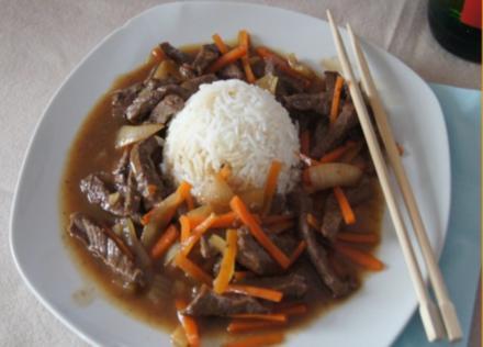Rindfleisch mit Zwiebeln und Möhrenstiften - Rezept