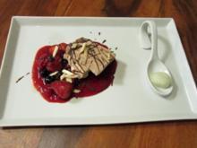 Schokoladen–Mandel–Parfait mit warmen Beeren und Minze - Rezept