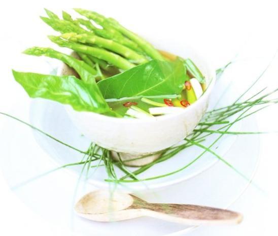 Spargelsuppe mit asiatischen Kräutern - Rezept