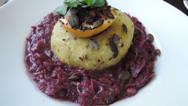 Halb & Halb - Kartoffelkloß mit Kürbiskern-Öl auf Birnenrotkraut - Rezept - Bild Nr. 2