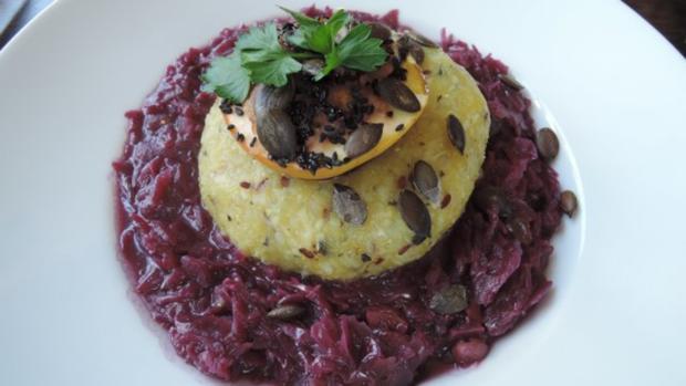 Halb & Halb - Kartoffelkloß mit Kürbiskern-Öl auf Birnenrotkraut - Rezept - Bild Nr. 3