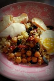 Vegetarischer Couscous-Kichererbsen-Salat mit ofengetrockneten Tomaten und Joghurt-Dip - Rezept