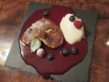 Quarkkeulchen auf Himbeerspiegel mit Joghurt-Ziegenkäse-Mousse - Rezept