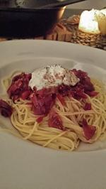 Spaghetti mit Ziegenquark, karamellisierten roten Zwiebeln und Feigen in Rotweinsauce - Rezept