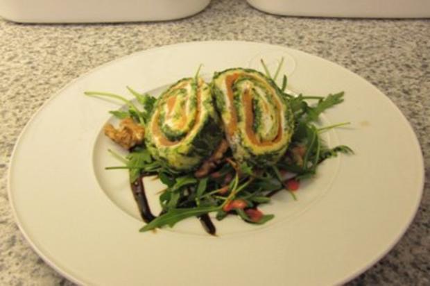 Lachs-Spinat-Rolle im Parmesan-Mantel auf Rucola-Bett - Rezept