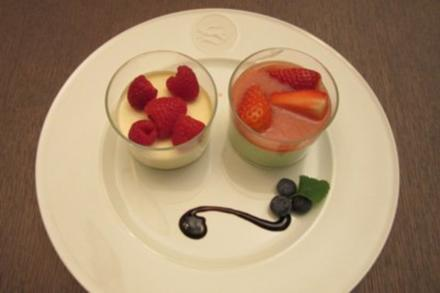Basilikum-Mousse mit Prosecco-Erdbeersoße und Panna Cotta an frischen Himbeeren - Rezept