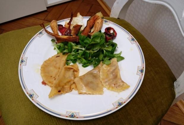 Maultaschen mit mediterraner Fleischfüllung und Gemüsechips an Ackersalat - Rezept