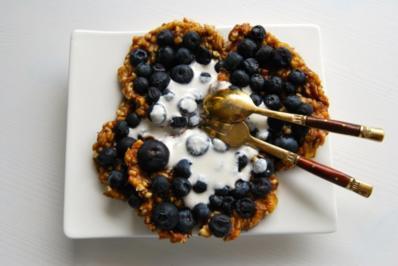 Bananen Pancakes mit Blaubeeren und Cashewsahne - Rezept