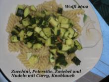 Vegetarisch : Curry-Zwiebel-Zucchini auf Nudeln - Rezept