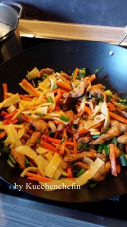 Gebratene Nudeln mit Hähnchenbruststreifen und Gemüse - Rezept - Bild Nr. 5