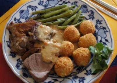 Lammkeule mit Buschbohnen und Mandelbällchen - Rezept