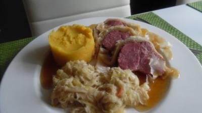 Rezept: Kasseler im Blätterteig mit Kartoffel-Möhren-Stampf und Rahm-Ananas-Sauerkraut