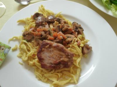 Schweinelendchen mit Karotten in Pilzrahmsauce - Rezept