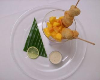 Hähnchenspieße im Glas auf Mango-Papaya-Salat mit Honig-Senf-Dipp - Rezept