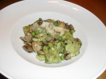 Rezept: Bärlauchgnocchi mit gemischten Pilzen, Erbsen und Guanciale