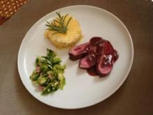 Rehrücken an Rotweinjus mit Kartoffelgratin und gebratenen Rosenkohlblättern - Rezept