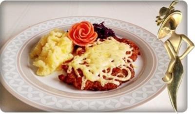 Überbackenes Schnitzel mit Rotkohl und Stampfkartoffeln - Rezept