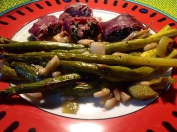 grüner Spargel mit Pinienkernen und Parmaschinkenröllchen aus dem Ofen - Rezept