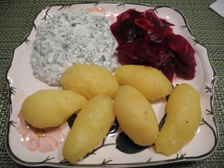 Naturjoghurt mit Löwenzahn dazu Rote Bete - Salat und Pellkartoffeln - Rezept