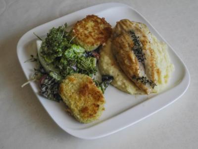 Knusper-Kohlrabi auf Kräutersalat mit Petersilienwurzelpüree und Hähnchenbrustfilet - Rezept
