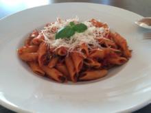 Penne rigate in scharfem Paprika-Tomaten-Sugo - Rezept