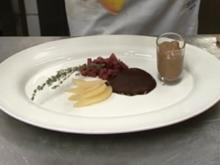 Überraschung aus der Birne an Schokoeis in Schoko- Nuss-Krokant-Mantel - Rezept