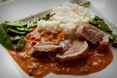 Rezept: Schweinefilet mit Erdnuss-Curry-Soße und Zuckerschoten; asiatisches Fleischgericht