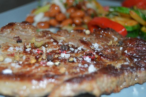 Ribeye Steak mit Bärlauchgemüse aus der Pfanne und braunen Bohnen - Rezept - Bild Nr. 63