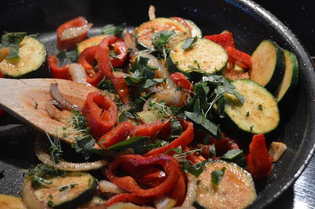 Ribeye Steak mit Bärlauchgemüse aus der Pfanne und braunen Bohnen - Rezept - Bild Nr. 66