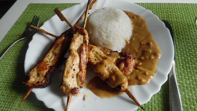 Rezept: Saté-Spieße mit Erdnuss-Soße und Reis