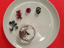 Schokoladenkuchen mit flüssigen Kern, dazu gemischte Beeren - Rezept - Bild Nr. 24
