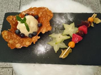 Rezept: Macadamia-Eis im Karamellkörbchen mit Karambole-Carpaccio und Physalisspieß